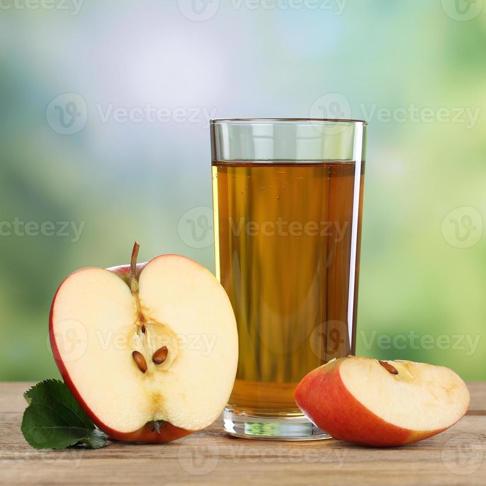 bebida saludable de jugo de manzana y manzanas rojas en otoño foto