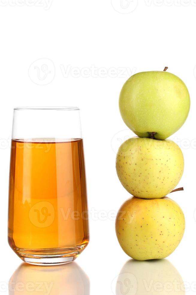 jugo de manzana útil con manzanas alrededor aislado en blanco foto