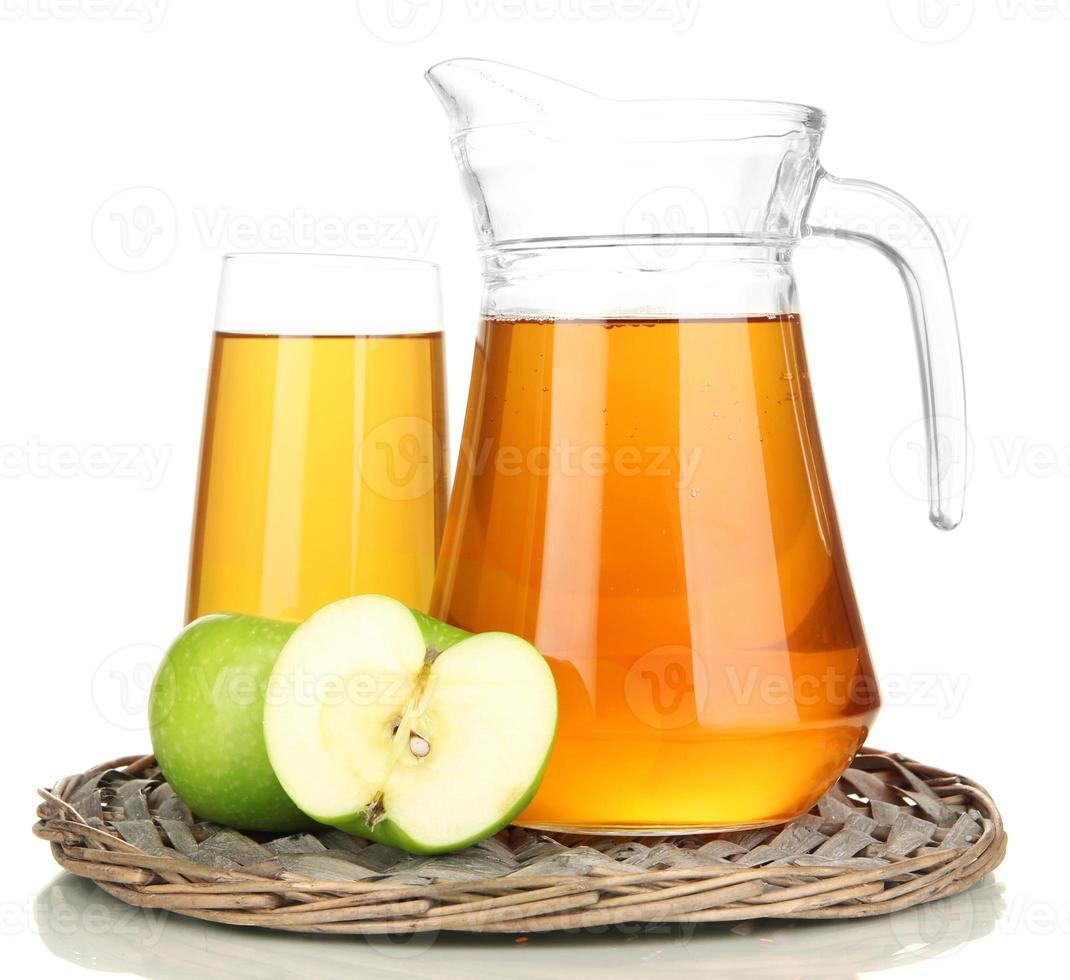 vaso lleno y jarra de jugo de manzana isolted en blanco foto