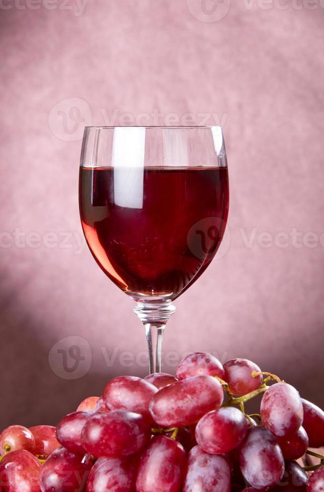 vino tinto y uvas foto