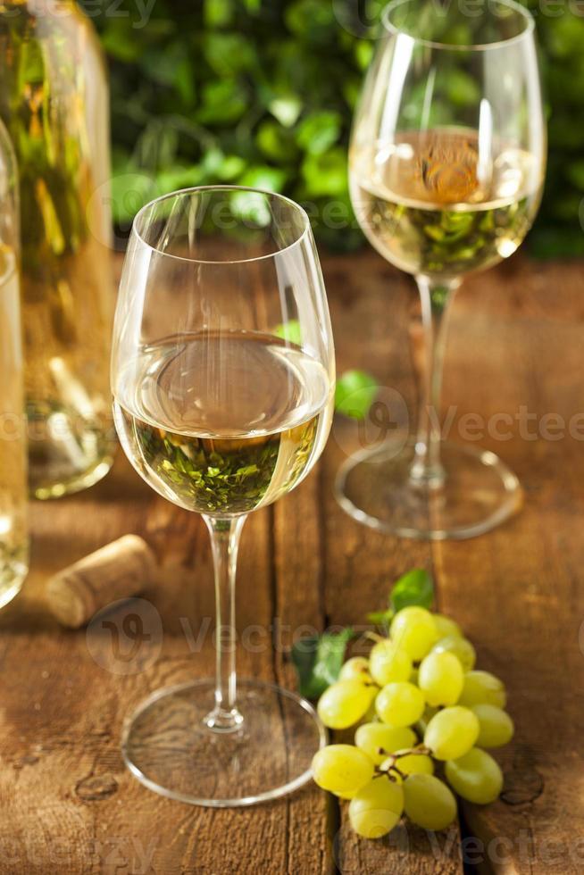 refrescante vino blanco en un vaso foto
