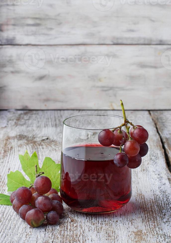 vaso de jugo de uva fresco foto