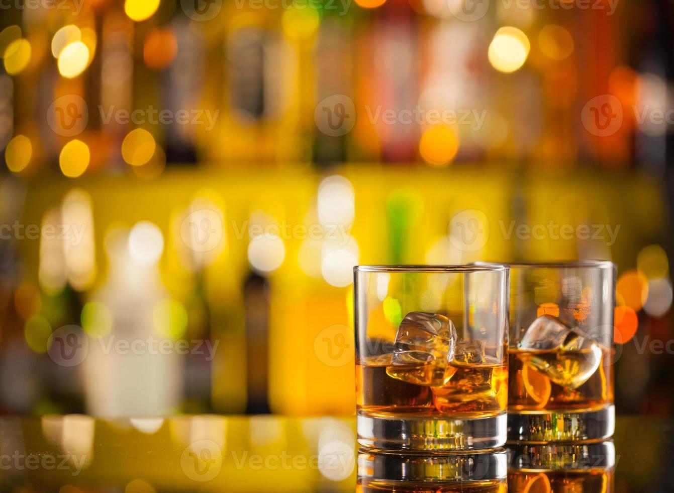 bebidas de whisky en barra de bar foto