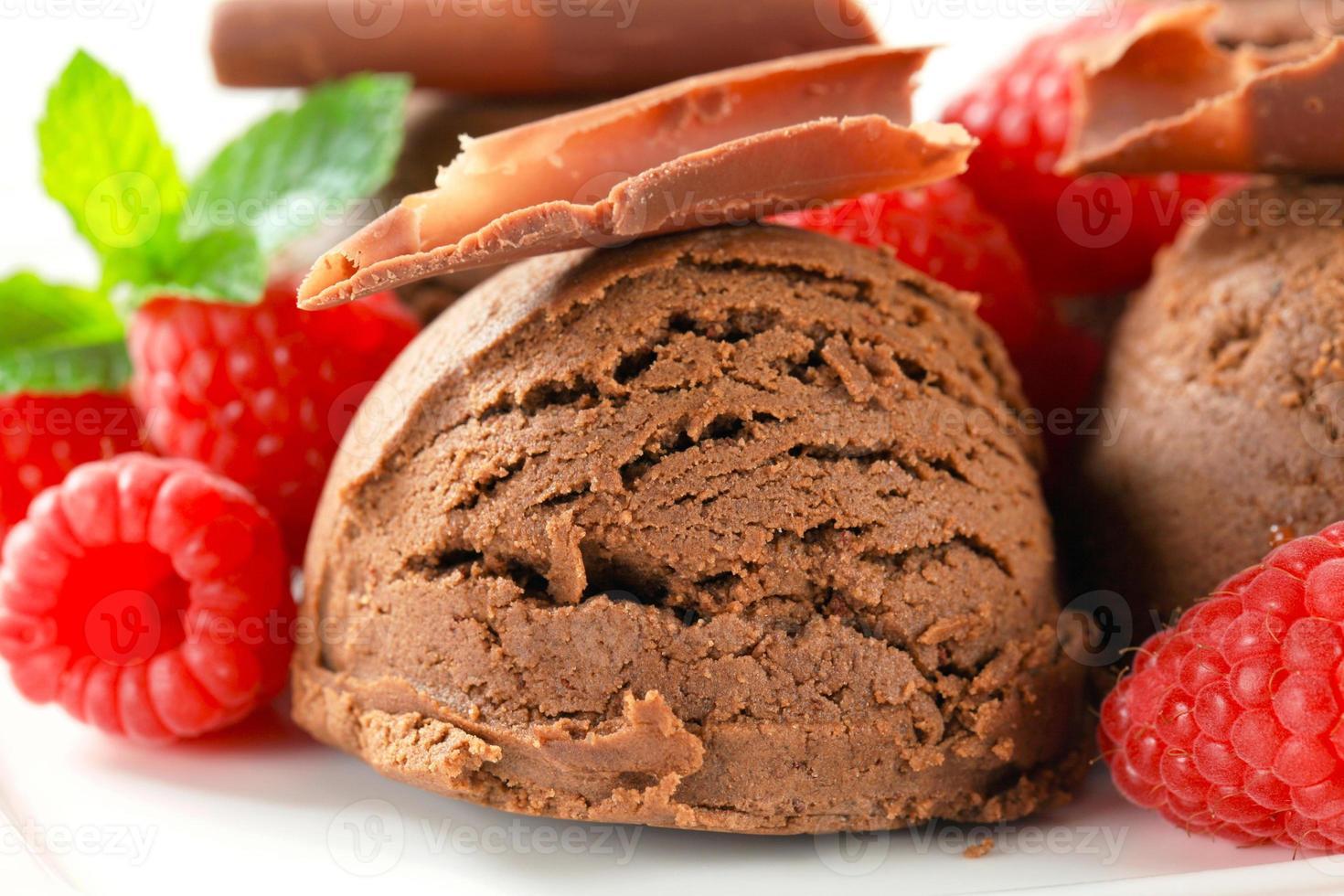 helado de chocolate con frambuesas frescas foto