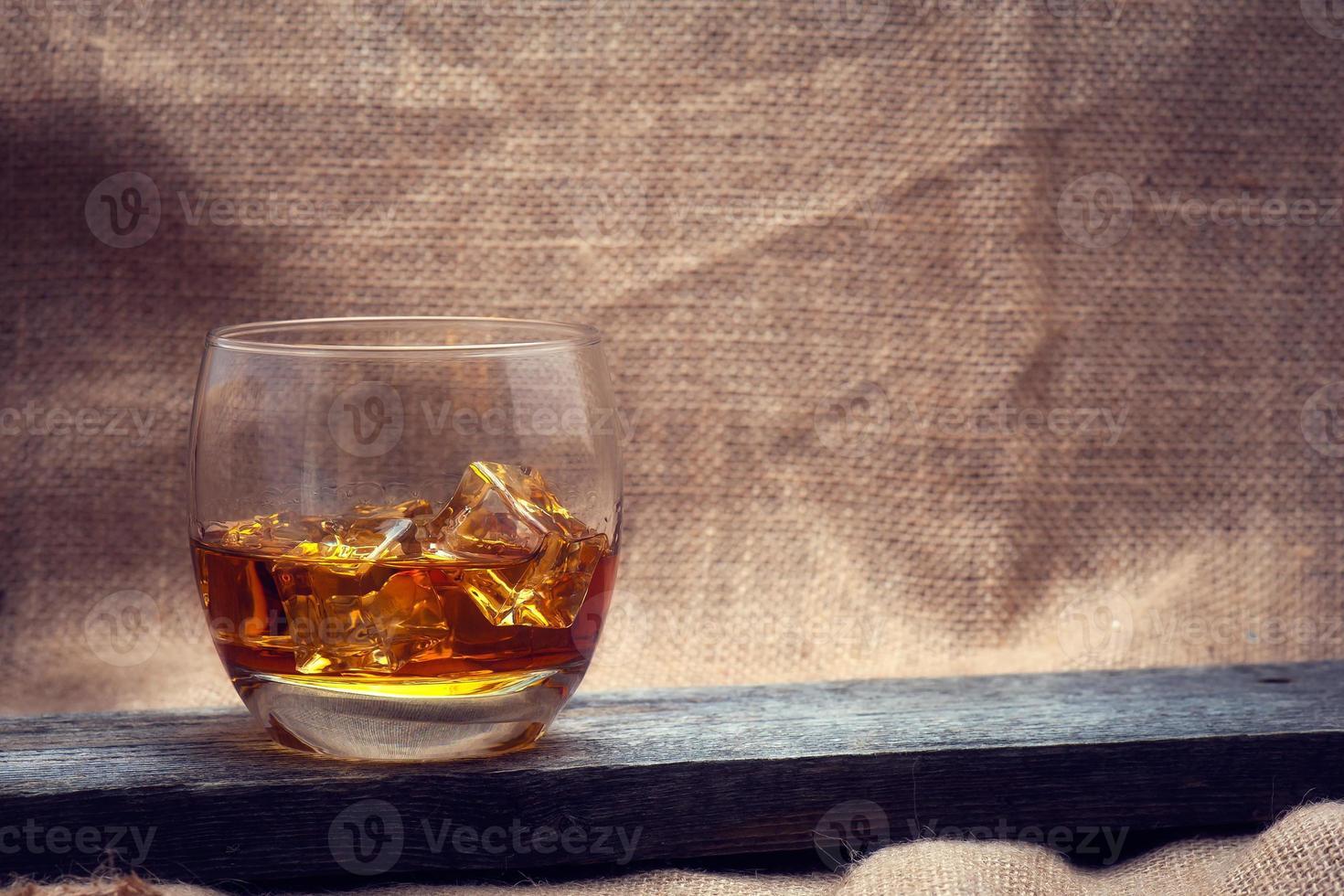 whisky bourbon en un vaso foto