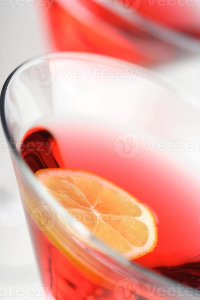 Cerca de bebidas en copas de martini foto
