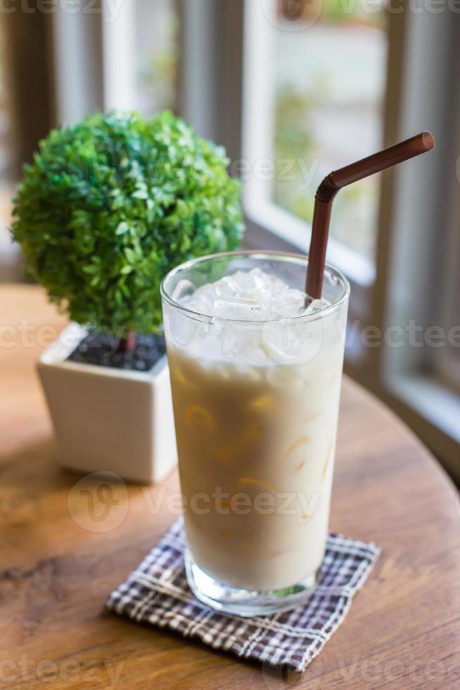 leche de avellanas en mesa de madera foto
