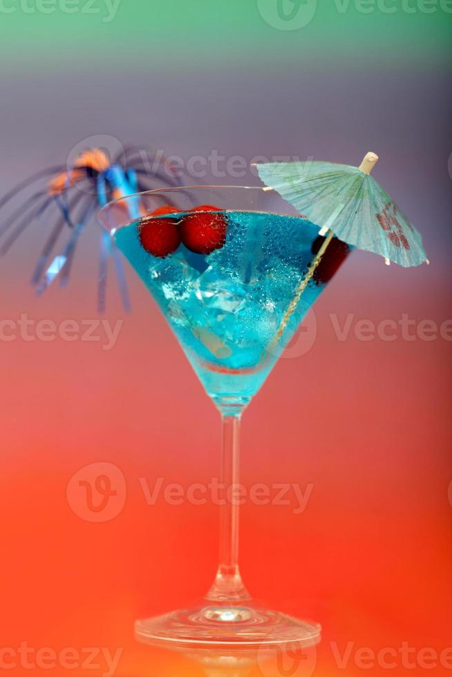 cóctel con hielo y sombrilla foto