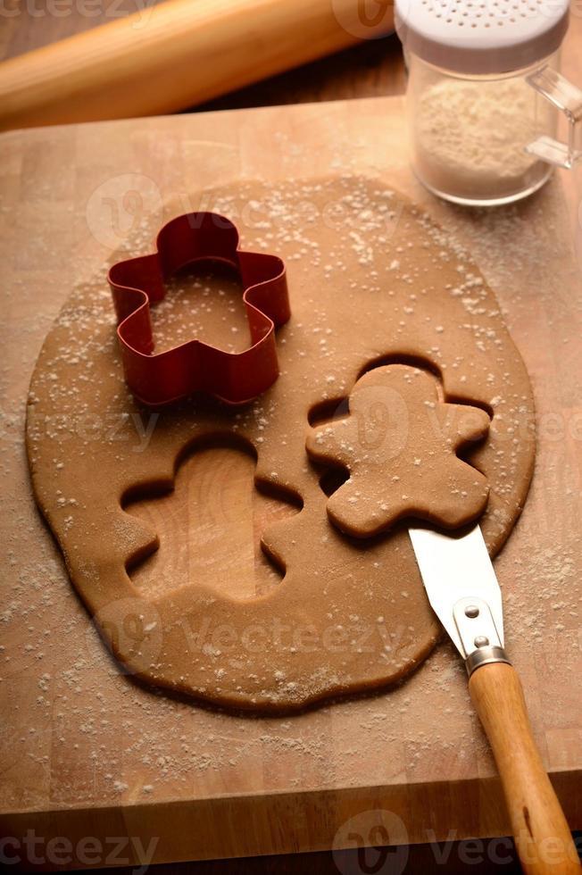 cortar y quitar hombres de pan de jengibre foto