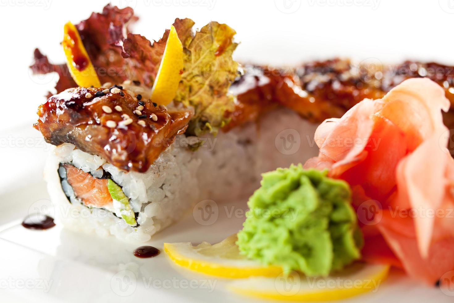 sushi maki de salmón y anguila ahumada foto