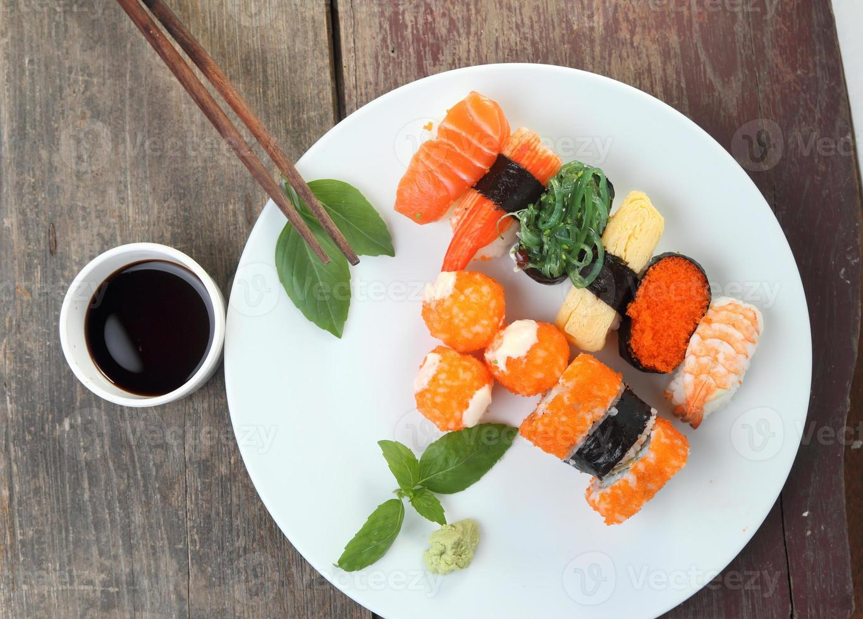 sushi en fondo de madera foto