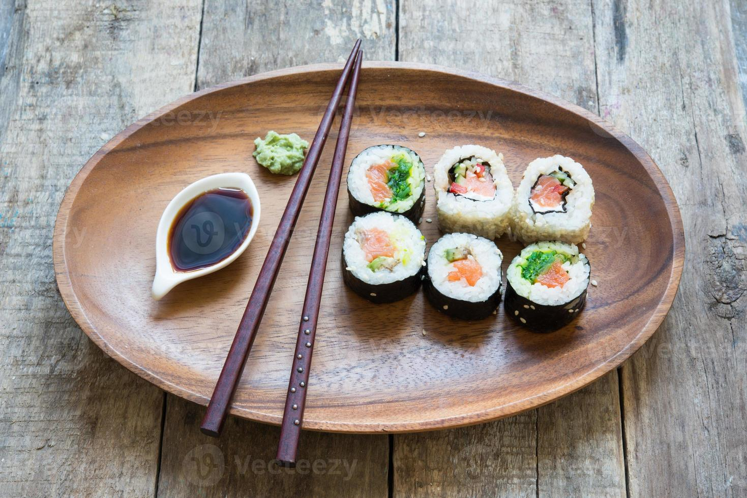 sushi en un plato de madera foto