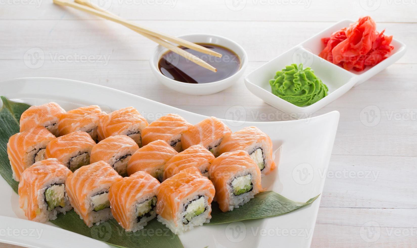 cocina japonesa sushi en un gete sobre fondo de madera foto