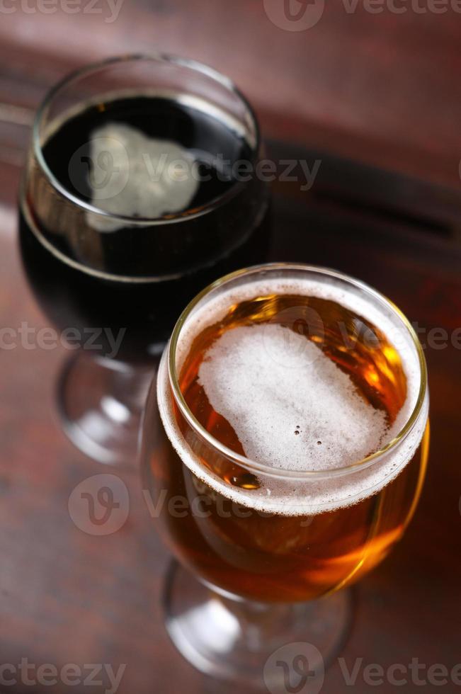 dos vasos de cerveza en una caja foto