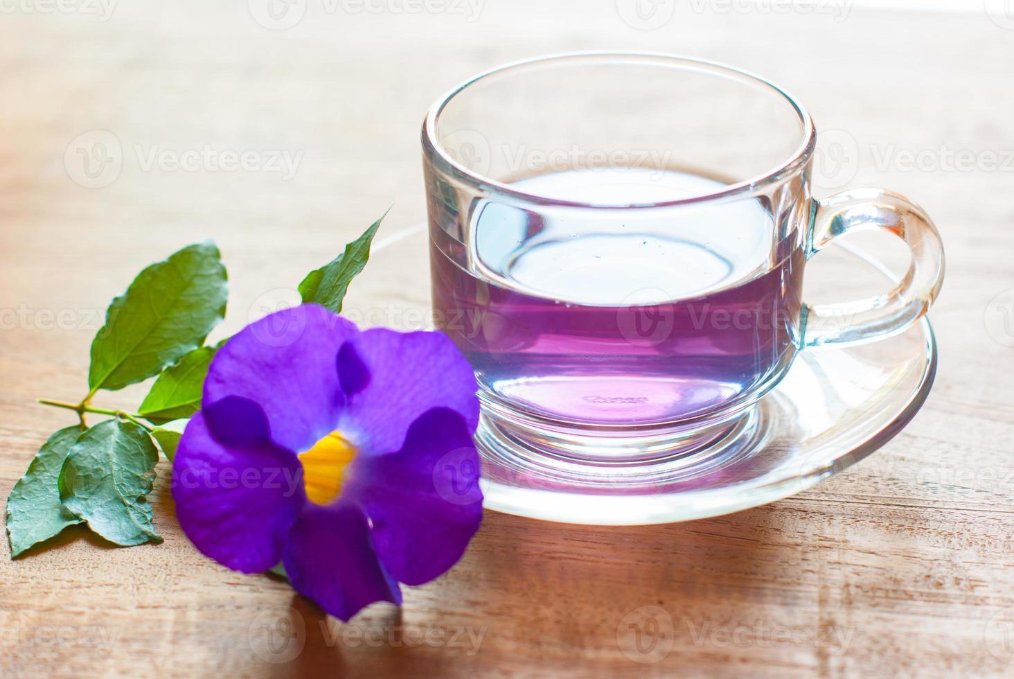 taza de té morado en tablero de madera, bebida para la salud foto