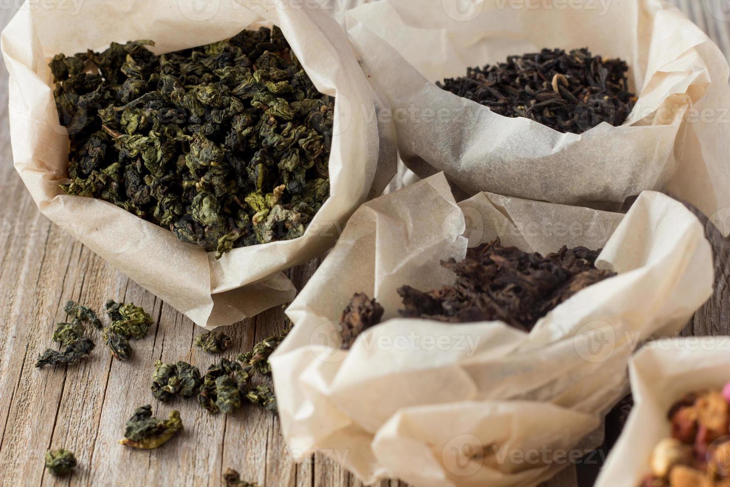 diferentes tipos de té en bolsas de papel foto