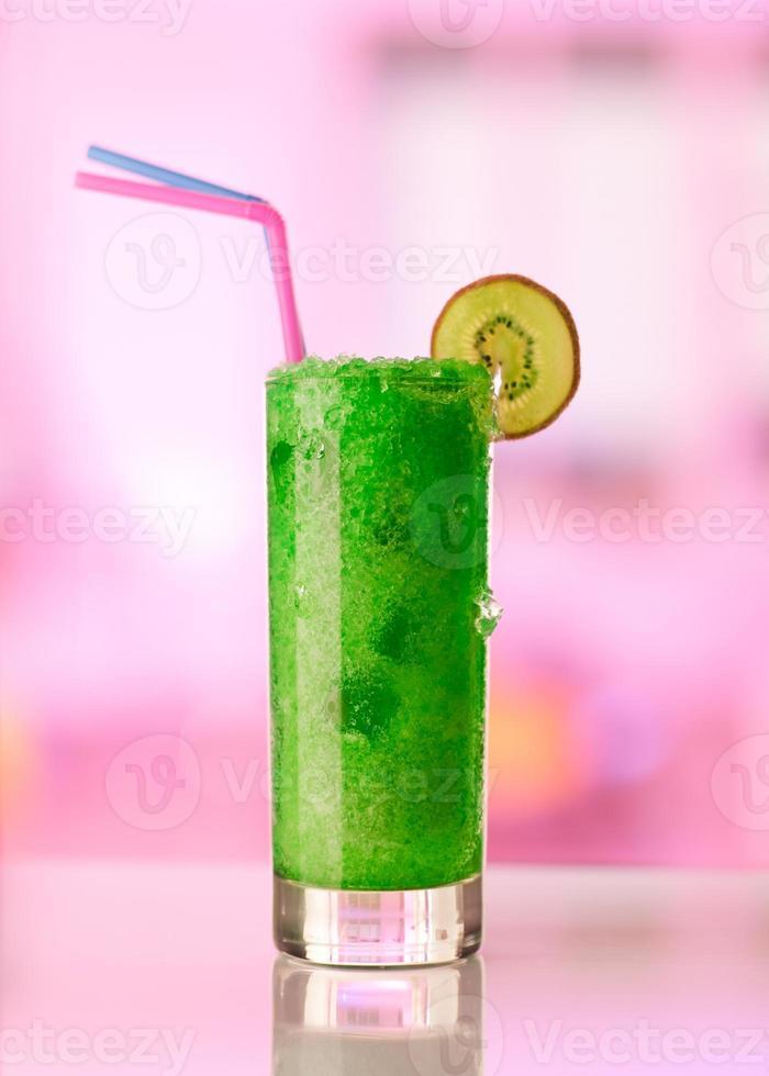 vaso de bebida de kiwi congelada foto