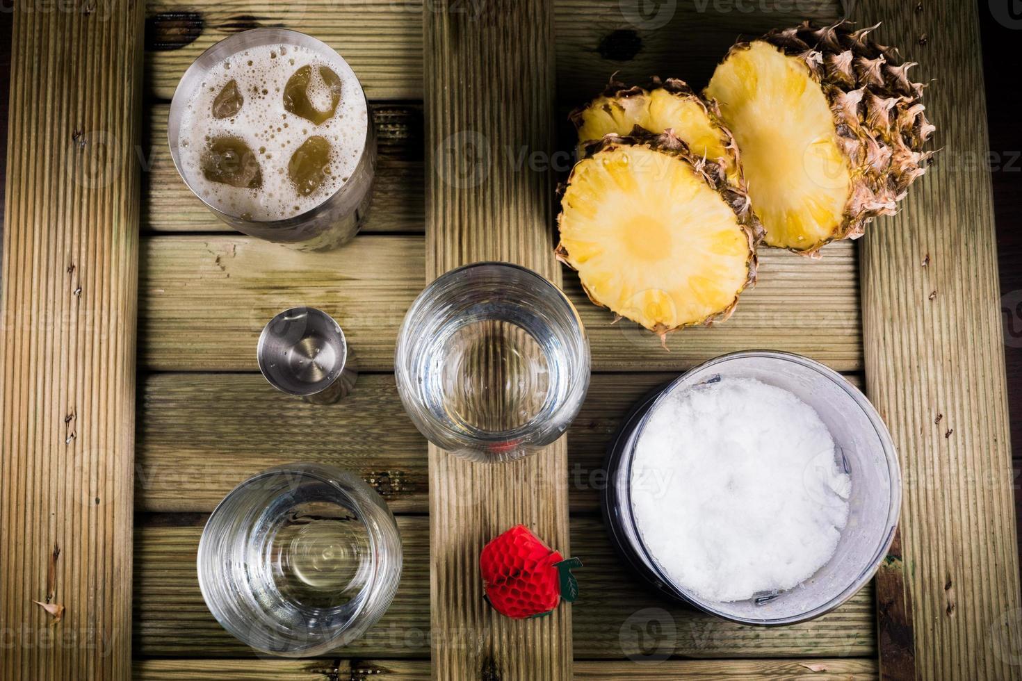 preparaciones de cócteles de piña colada foto