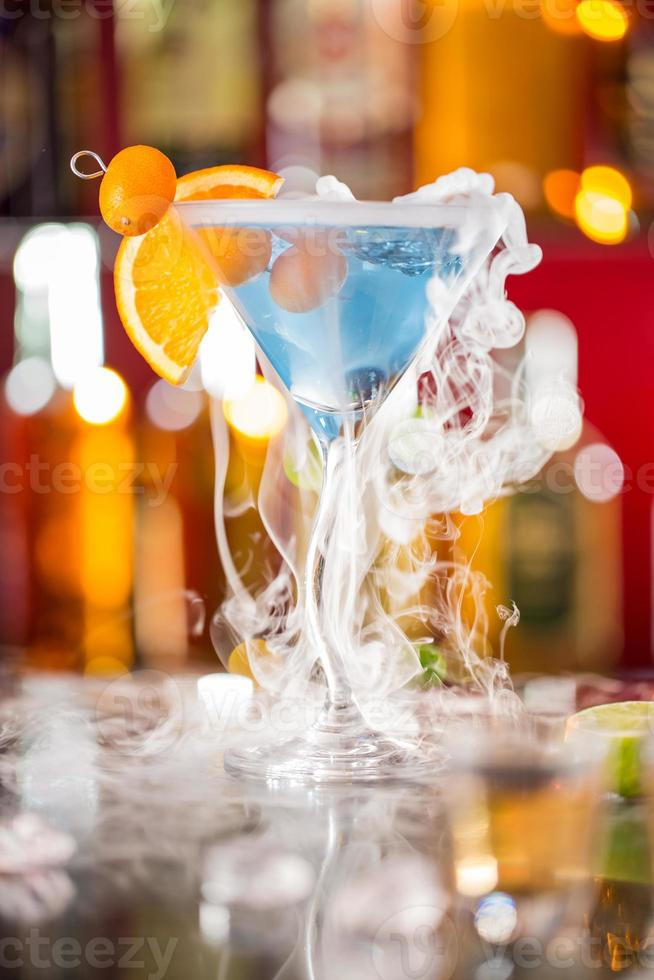 cóctel con vapor de hielo en la barra de escritorio foto