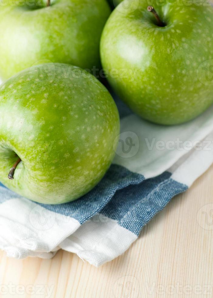 manzanas verdes maduras foto