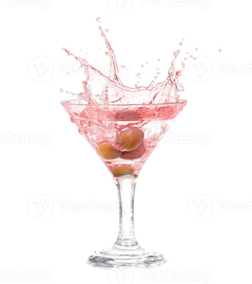 salpicar de oliva en una copa de cóctel foto