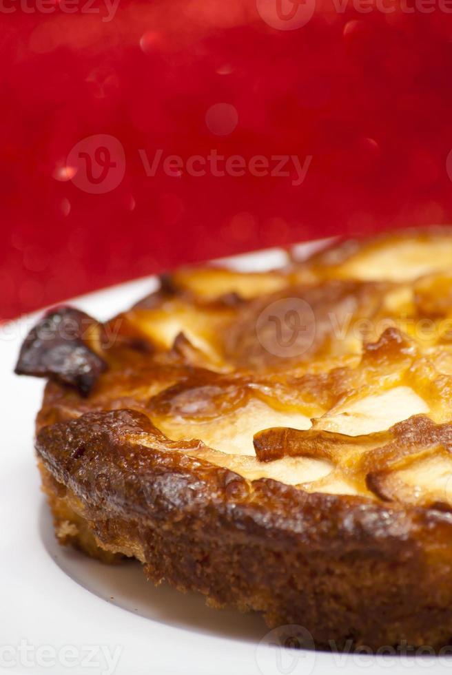 tarta de manzana en un plato blanco foto
