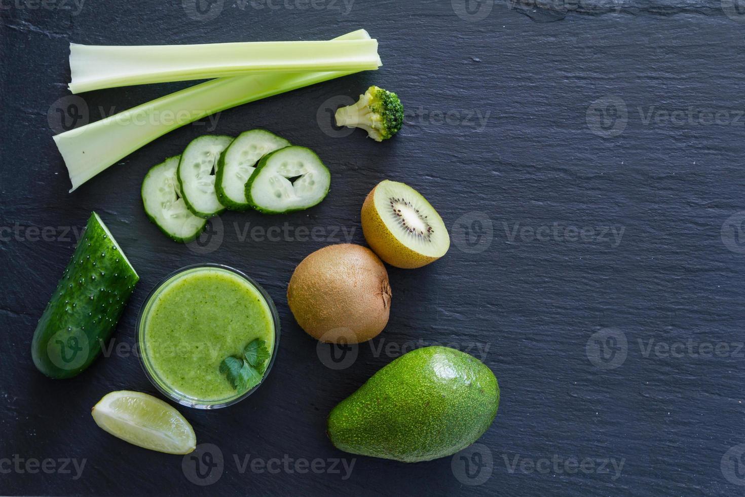 ingredientes de batido verde: aguacate, manzana, pepino, kiwi, limón, apio foto