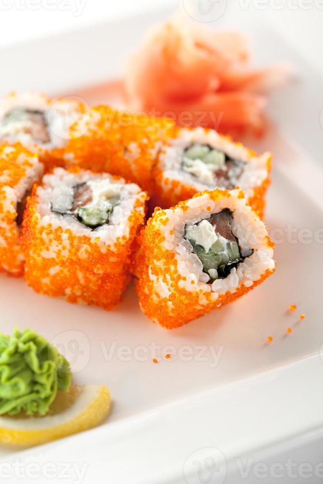 rollo de salmón y tobiko foto