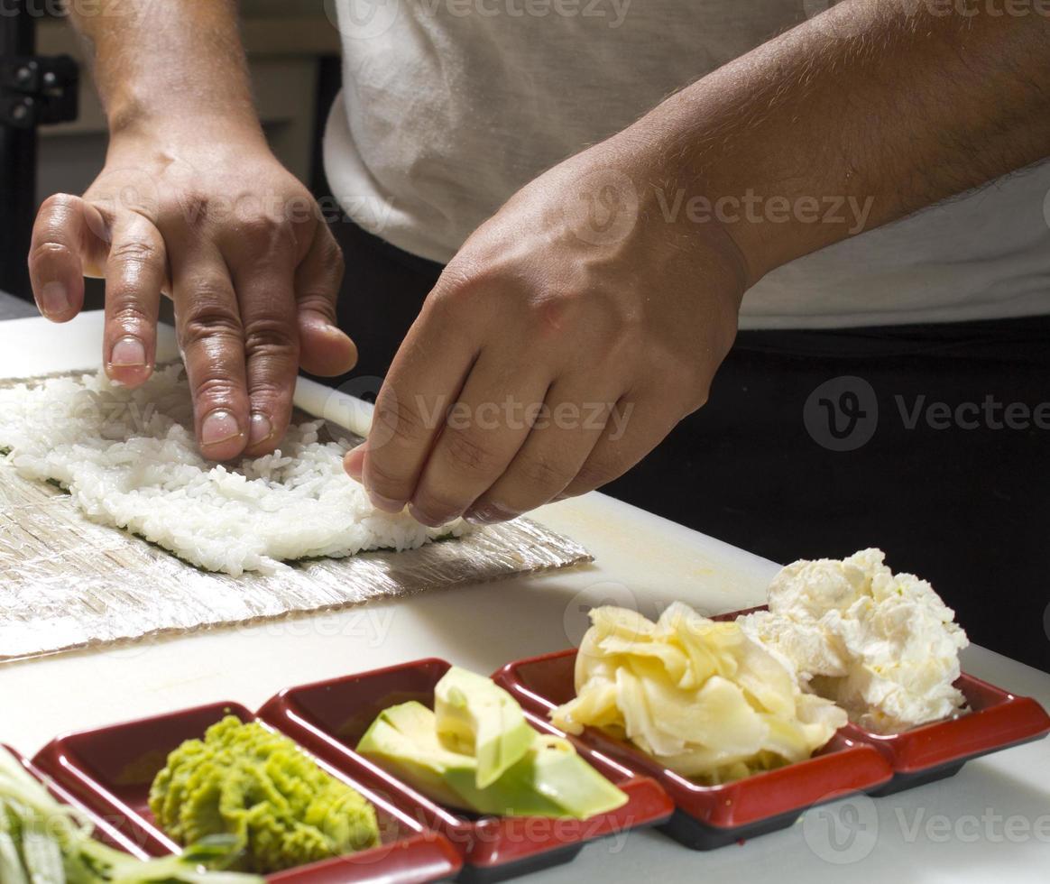 haciendo sushi roll foto