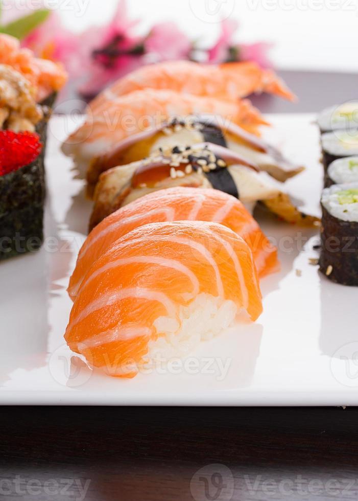 cocina japonesa. Conjunto de nigiri sushi en plato blanco. foto