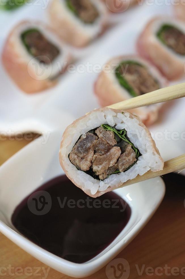 rollo de sushi con carne foto