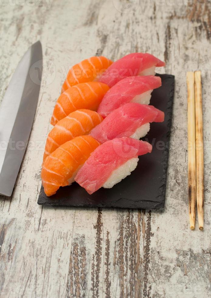 nigiri de sushi de salmón y atún foto