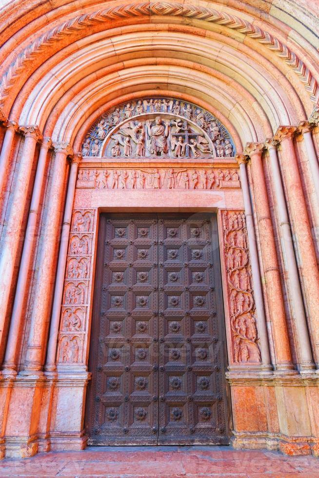 portal del baptisterio de parma foto