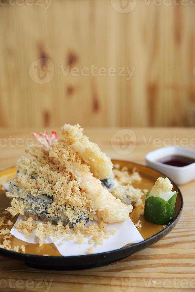 comida japonesa tempura sobre fondo de madera foto