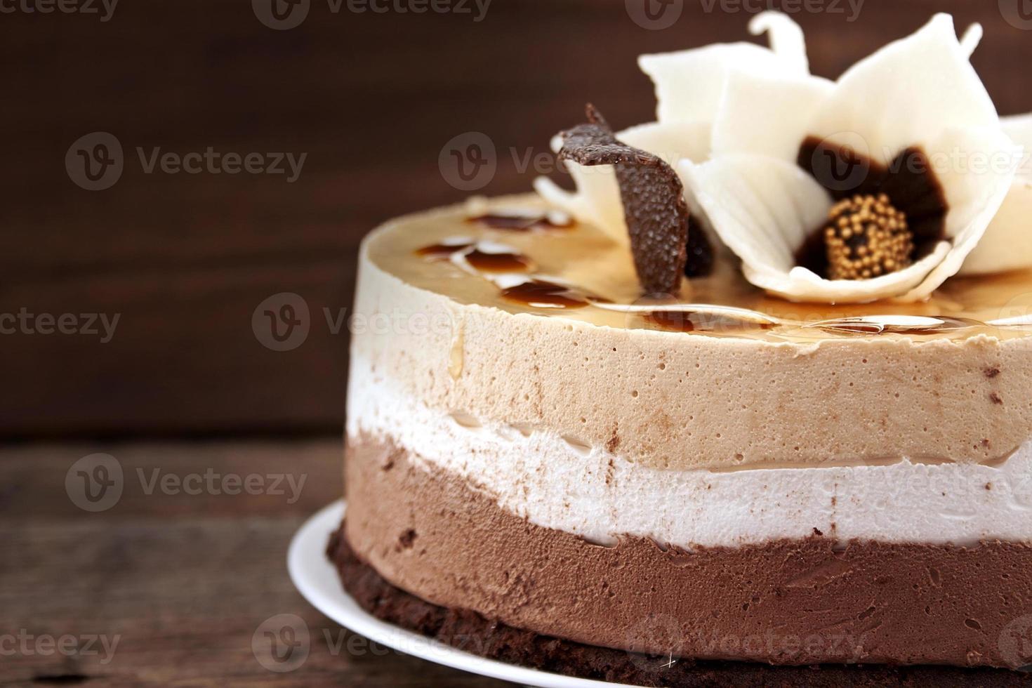 Pastel de chocolate en la mesa de madera rústica, enfoque selectivo foto