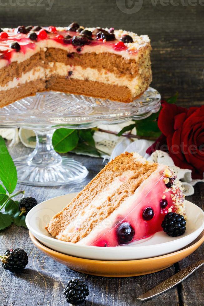 pastel, soufflé y gelatina de bayas en la mesa de madera foto