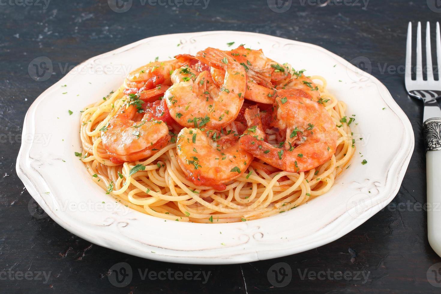 espagueti de pasta con langostinos foto