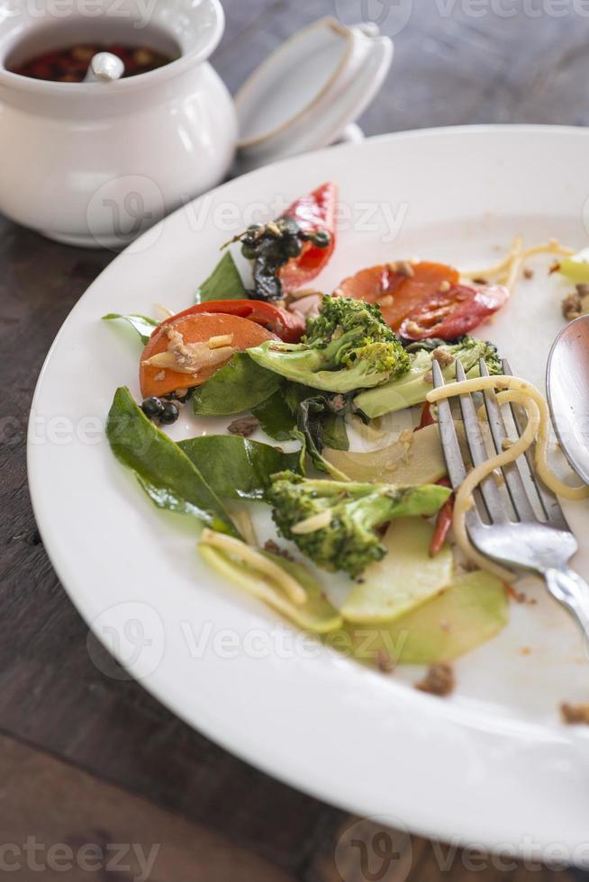 plato blanco con migas de comida foto