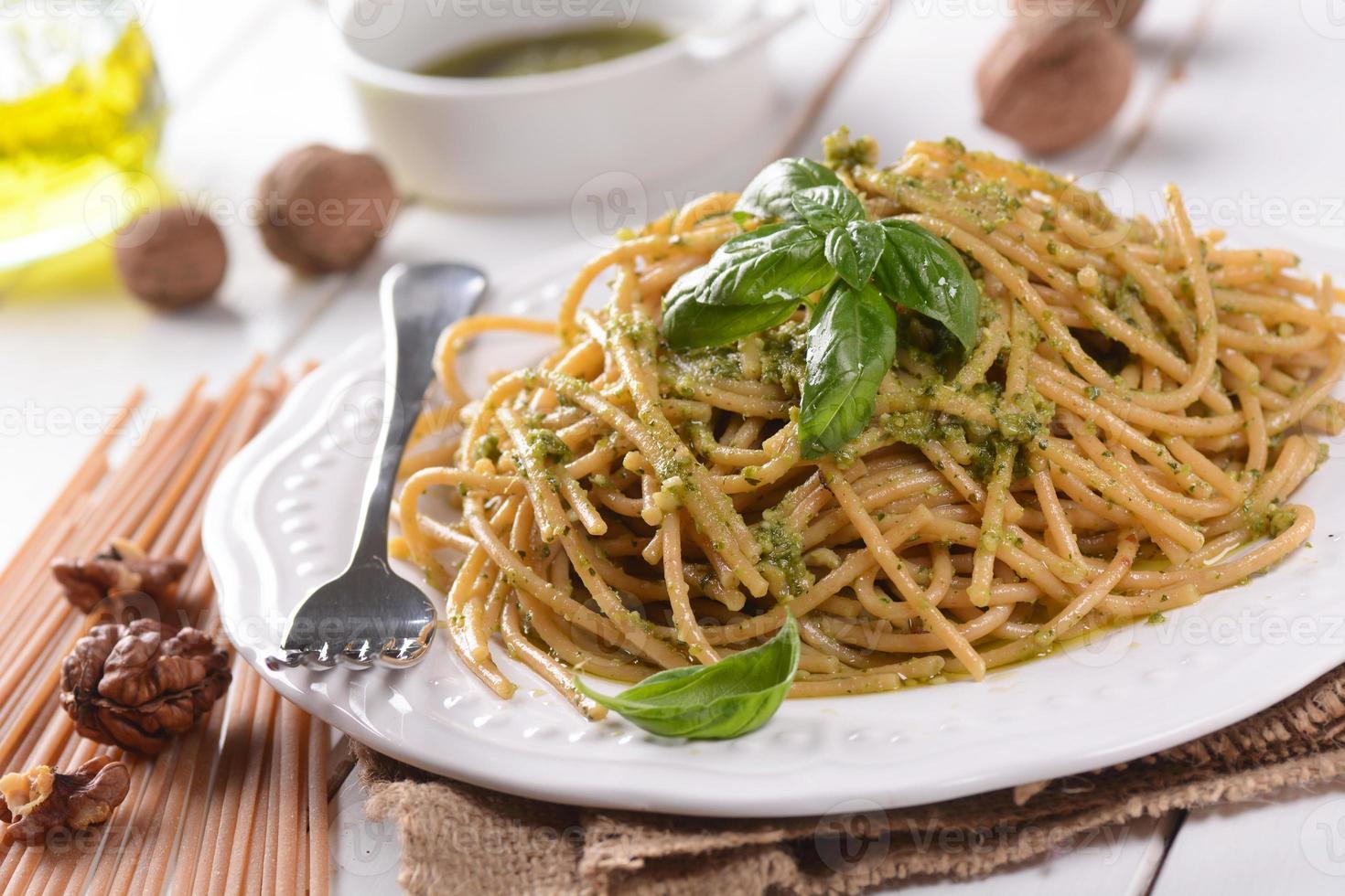 espagueti con pesto de nueces foto