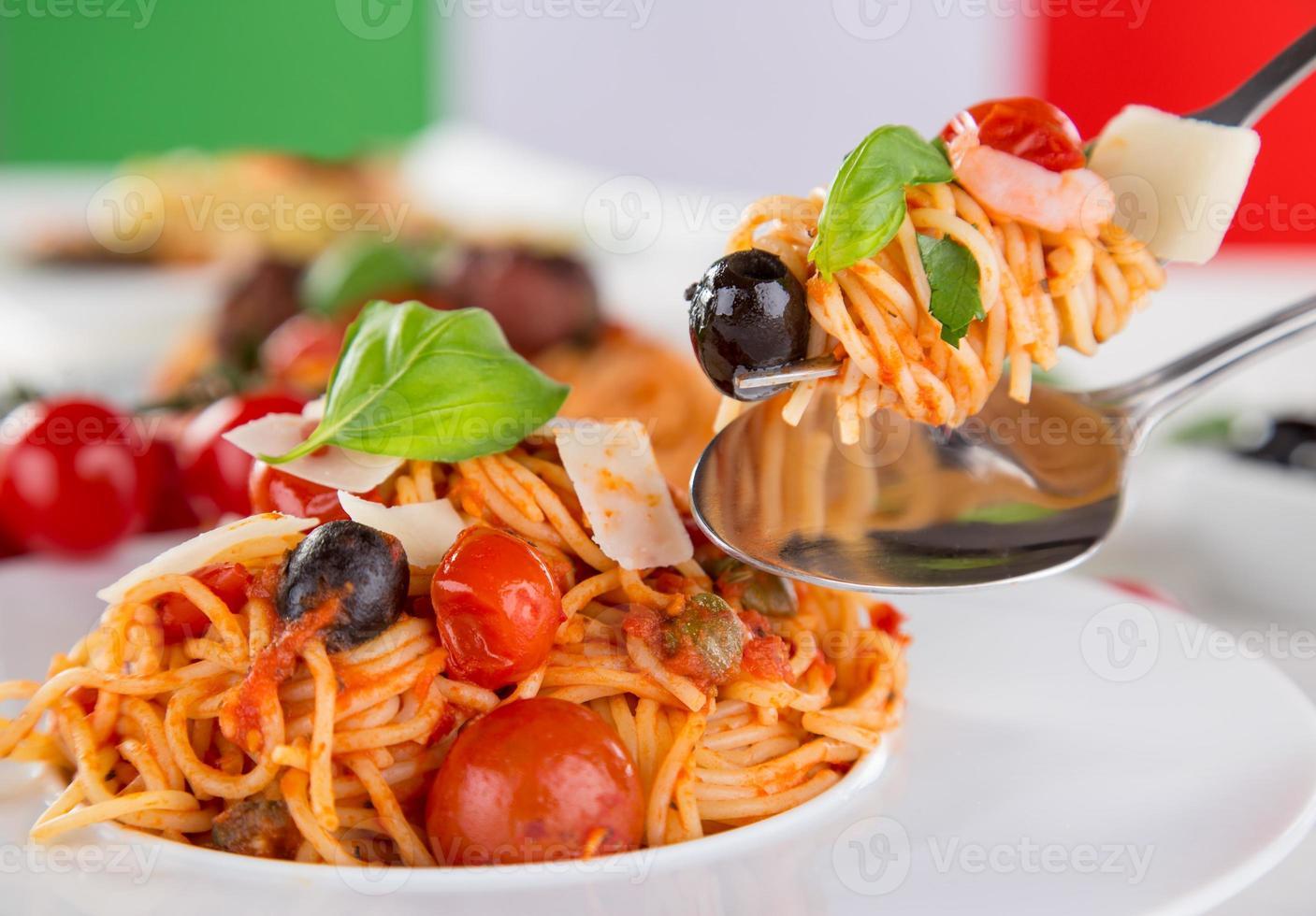 pasta italiana con tomate foto