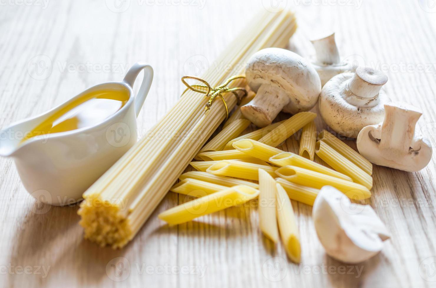 espagueti y penne con ingredientes de pasta foto