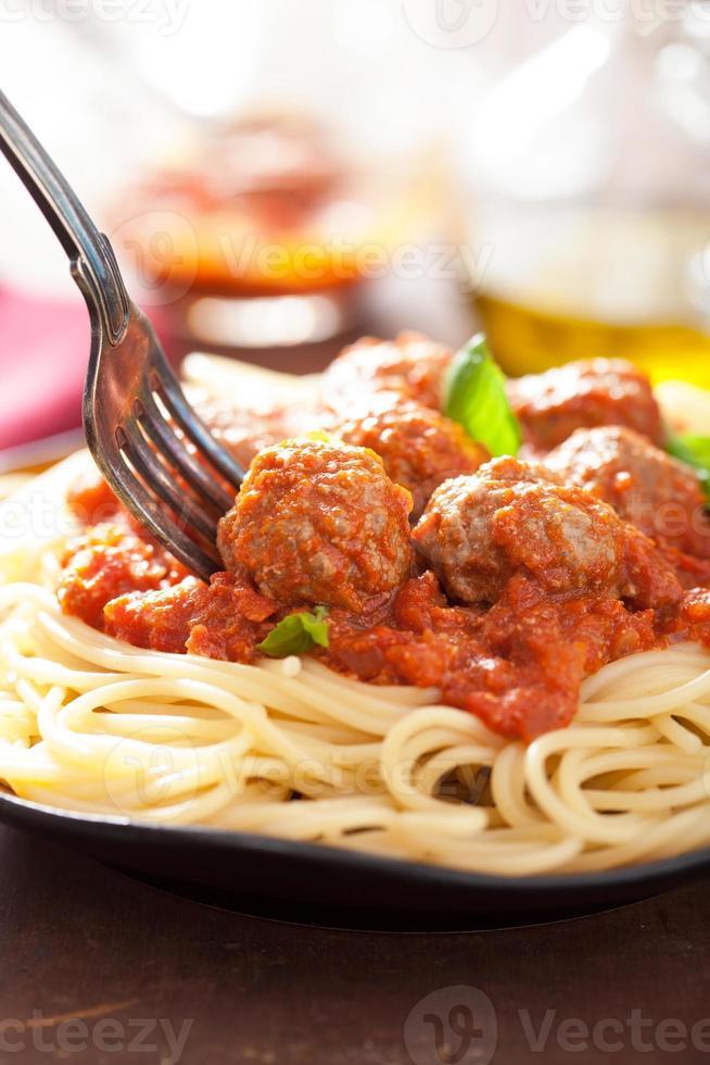 espagueti con albóndigas en salsa de tomate foto