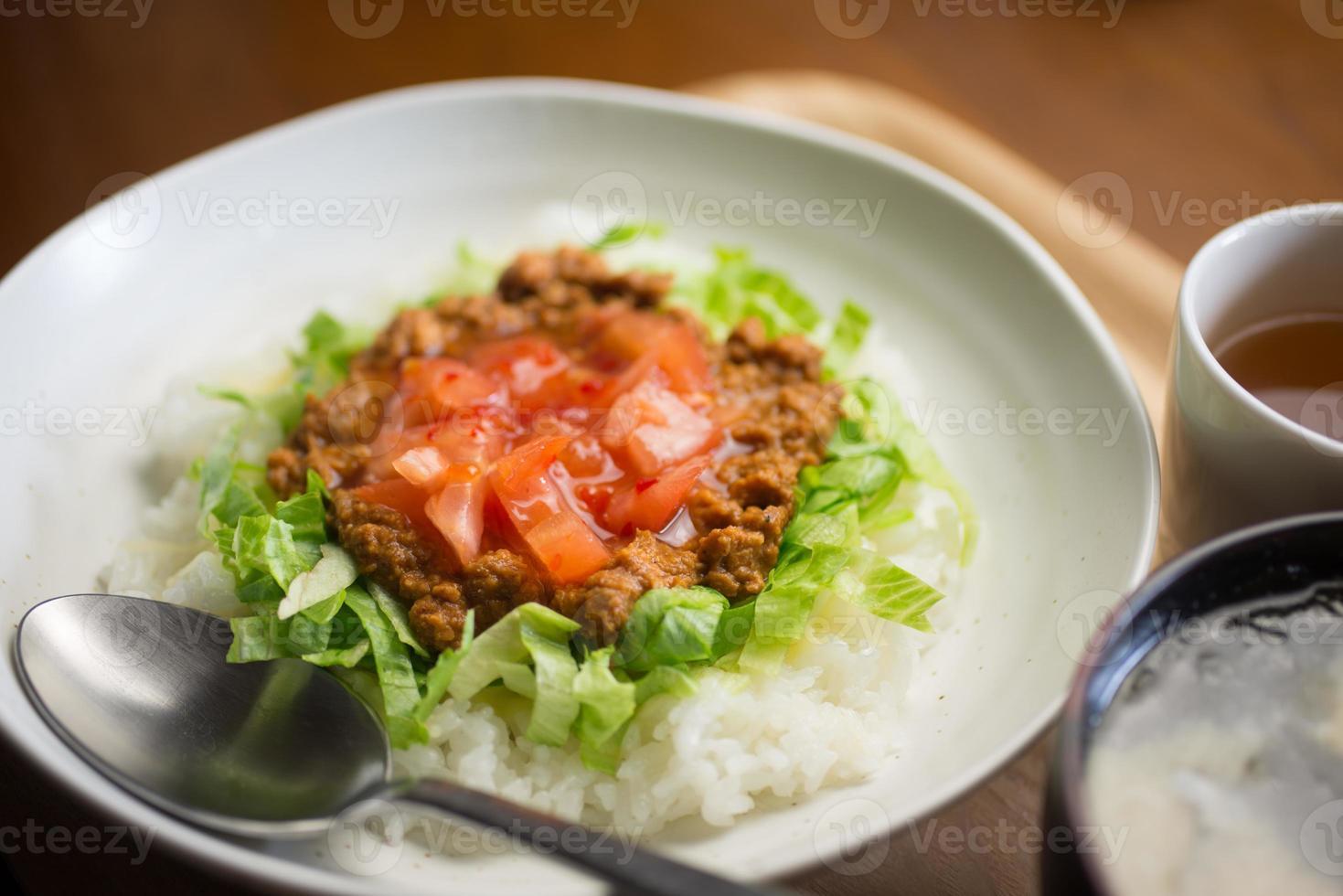 cocina regional japonesa taco de arroz (takoraisu) foto