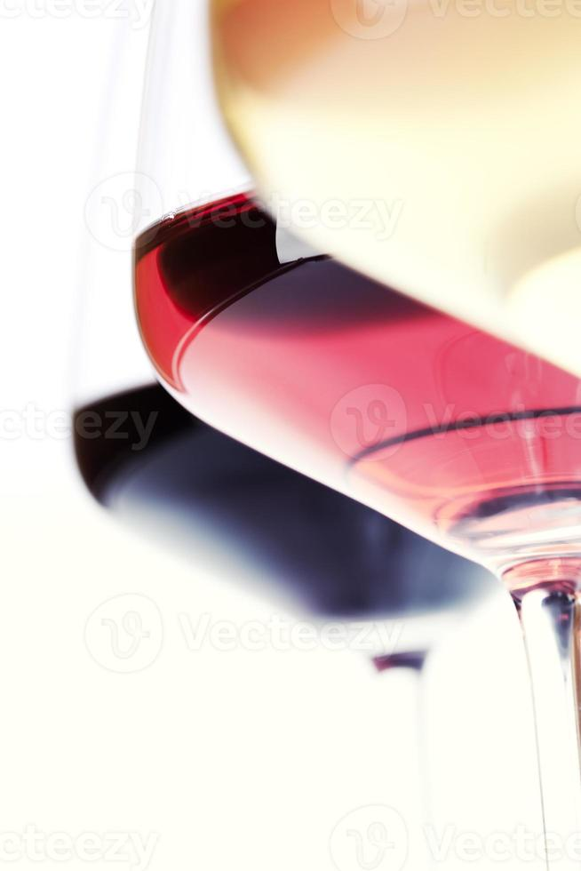 primer plano de tres copas de vino foto