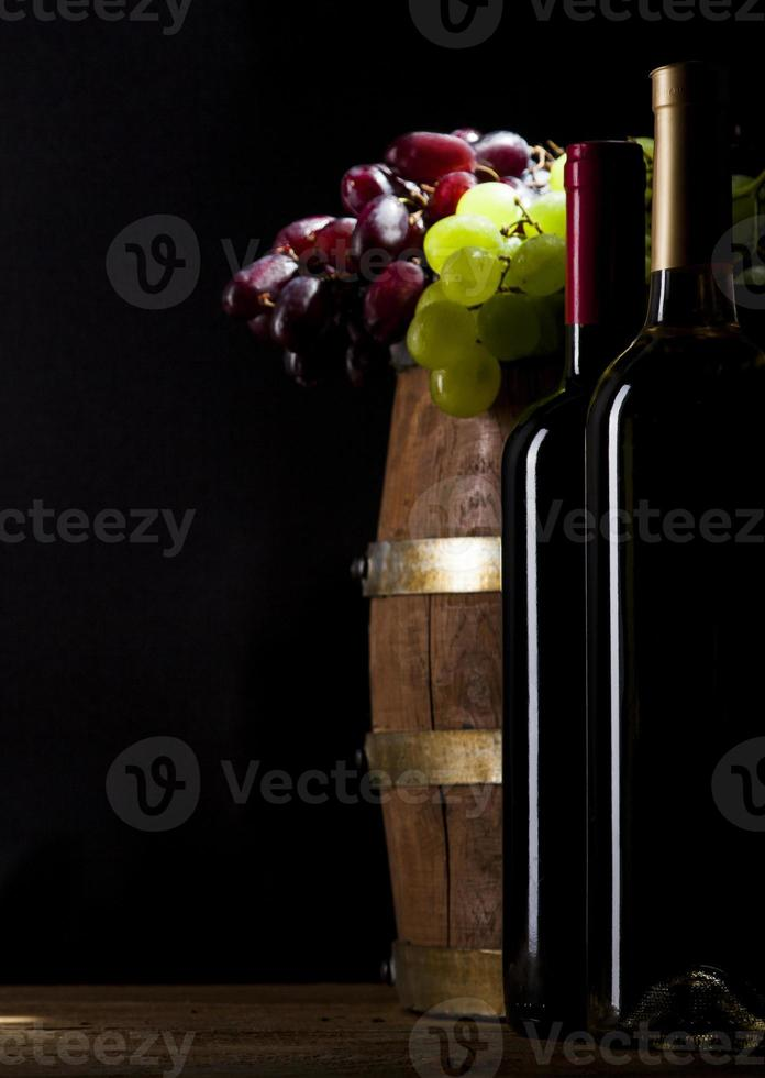 vino tinto y blanco sobre fondo de madera foto