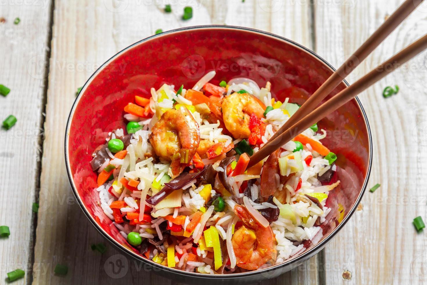 mezcla china de verduras y arroz foto