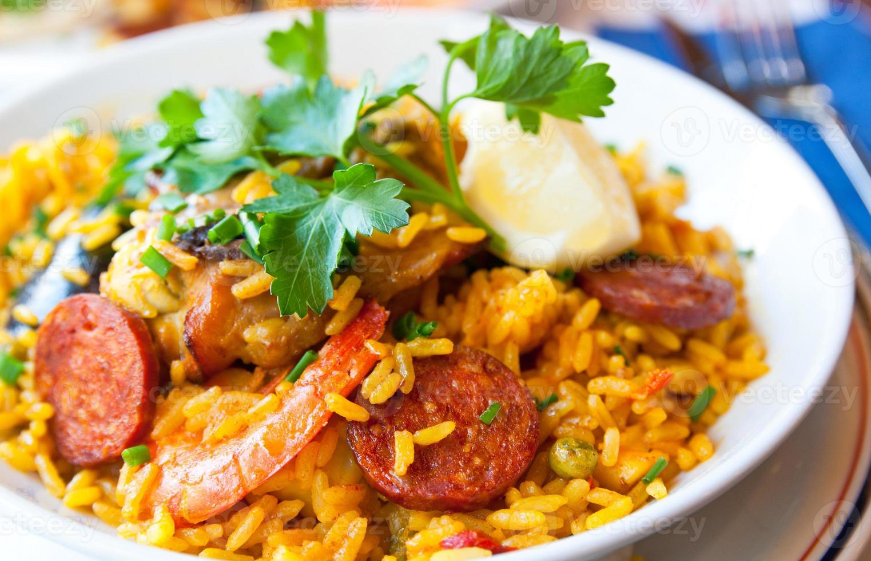 una imagen de un plato de arroz con gambas foto