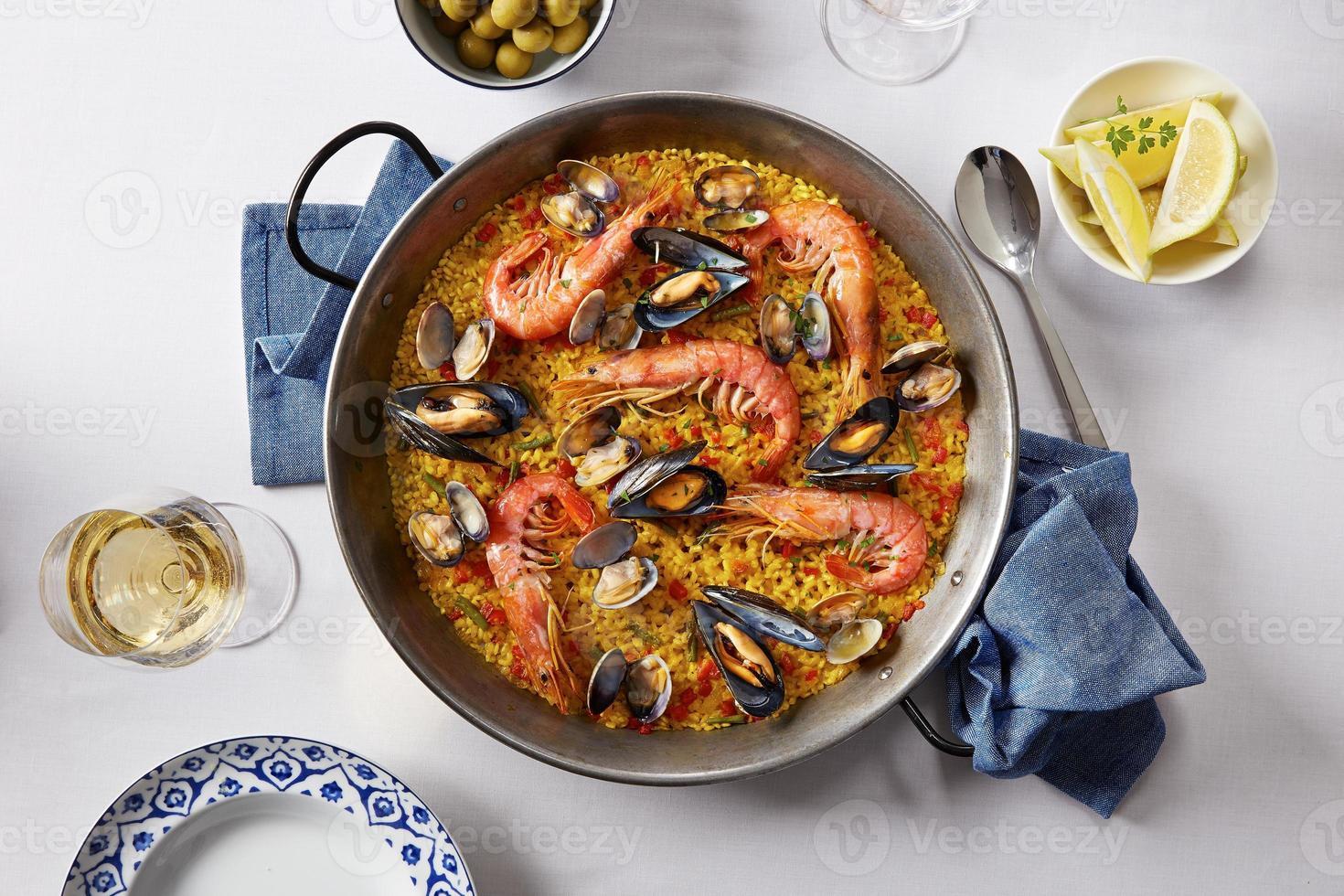 paella típica española de mariscos foto