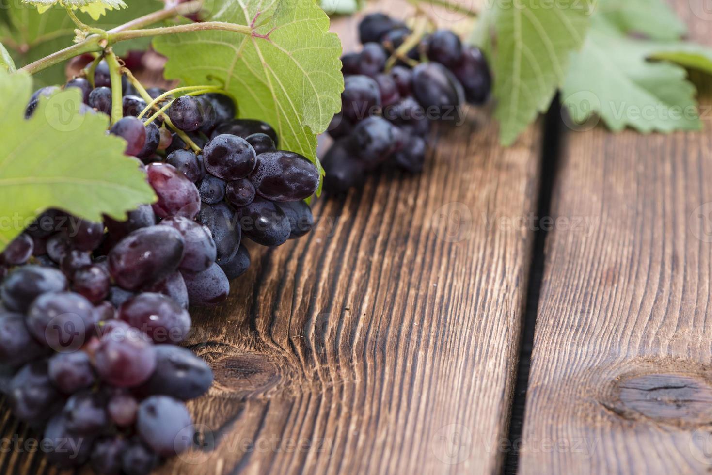 uvas azules (sobre fondo de madera) foto