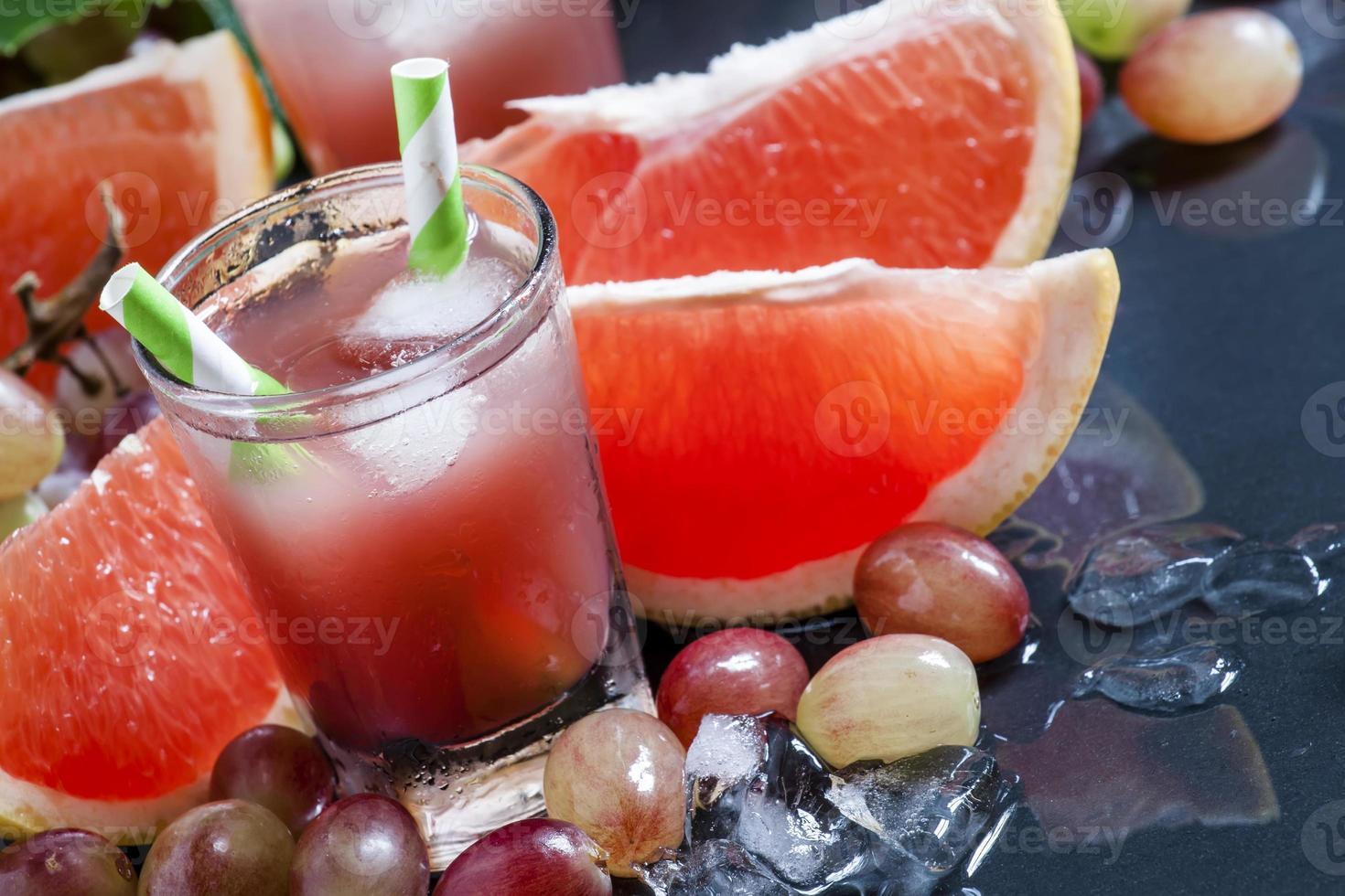 cóctel de uva y pomelo con hielo picado foto